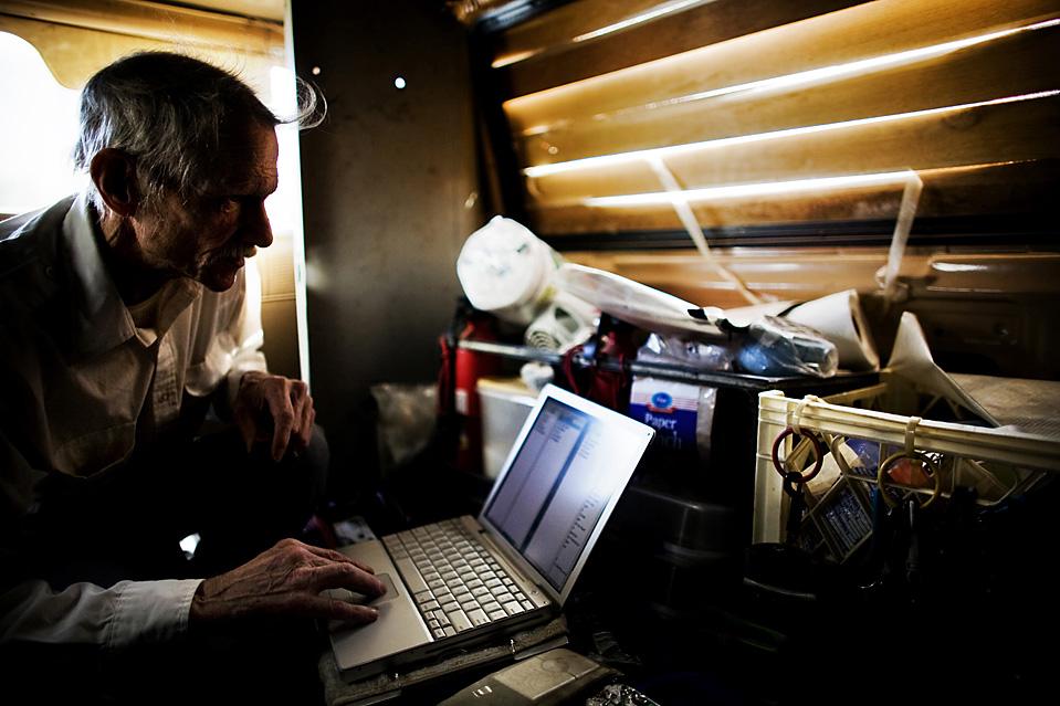 10. Энергия – самое сложное для мистера Шрайбера. Он перешел от компьютера к ноутбуку, потому что он потребляет меньше энергии. Когда возможно, он отключает вентилятор и беспроводную антенну и охлаждает ноутбук, поставив его на влажную после стирки одежду. Он говорит, что таким способом может продлить работу аккумулятора до 16 часов, если, конечно, не смотреть при этом видео. (Brian L. Frank for The Wall Street Journal)