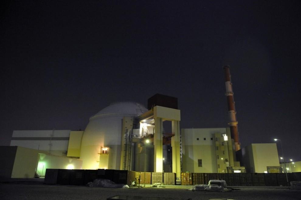 8) Общий вид на реконструируемую АЭС (в центре) в Бушире в 1215 км к югу от Тегерана 30 ноября 2009 года. (REUTERS/ISNA/Mehdi Ghasemi (IRAN POLITICS ENERGY IMAGES OF THE DAY))