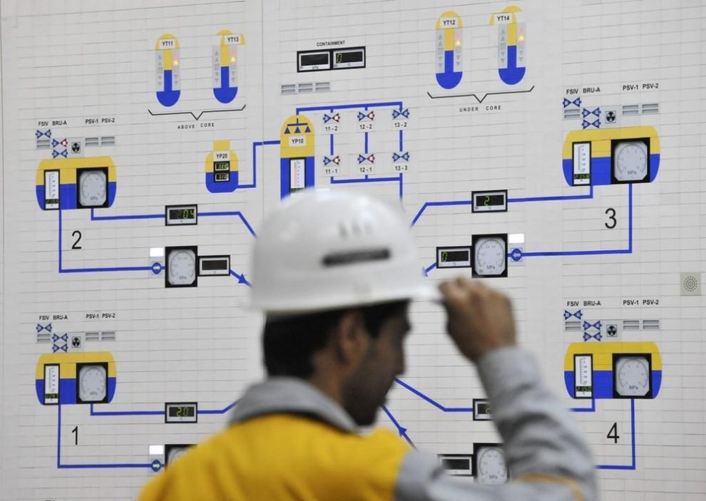 10) Иранский оператор управляет АЭС в Бушире примерно в 1215 км к югу от Тегерана 30 ноября 2009 года. (REUTERS/ISNA/Mehdi Ghasemi (IRAN POLITICS ENERGY))