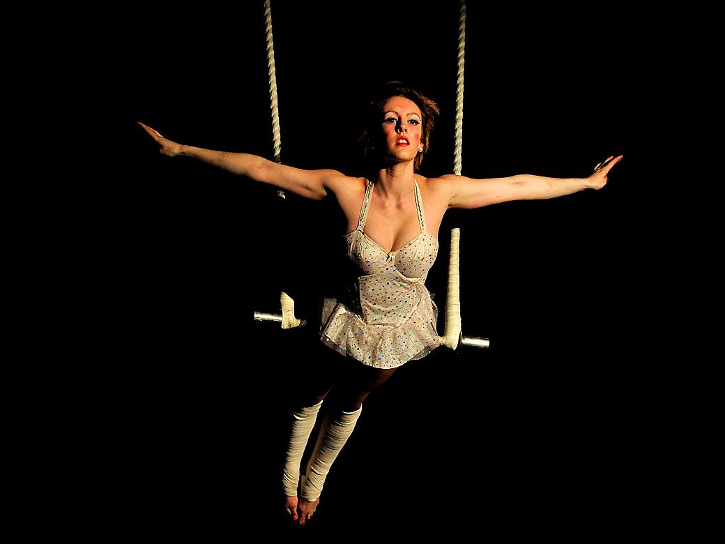 12) Карли Уильямс на трапеции. (Quinn Rooney/Getty Images)