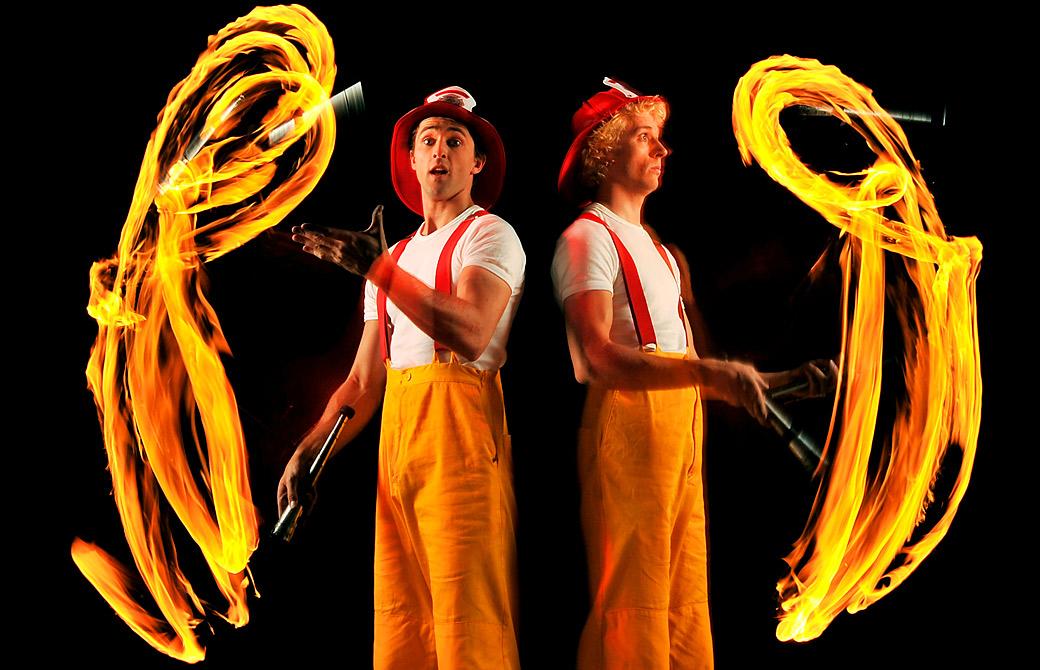 9) Джошуа Филипс и Идрис Стантон жонглируют огненными булавами. (Quinn Rooney/Getty Images)