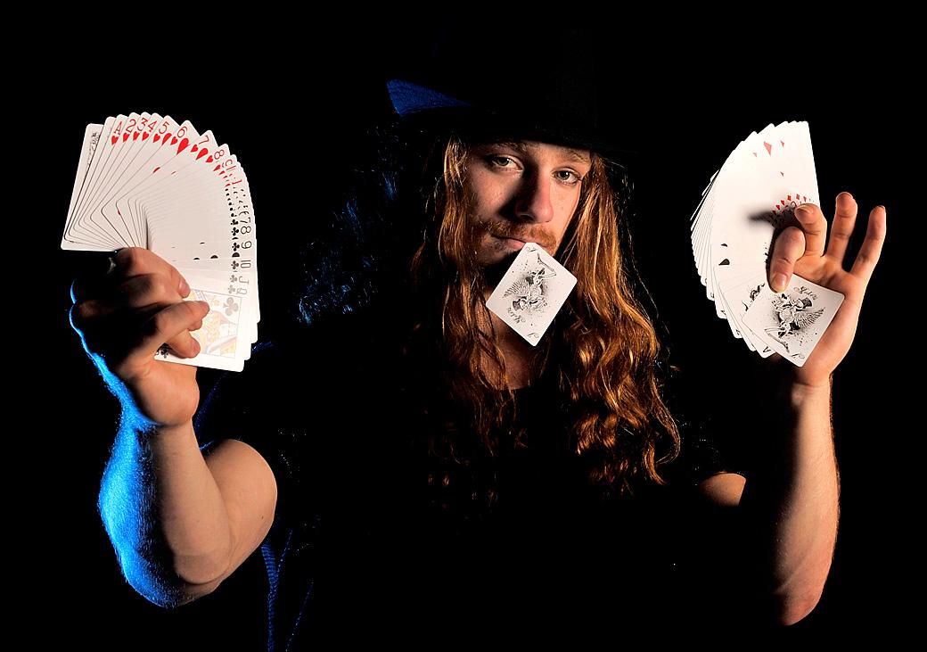 8) Себастьян Ридо показывает карточные фокусы. (Quinn Rooney/Getty Images)