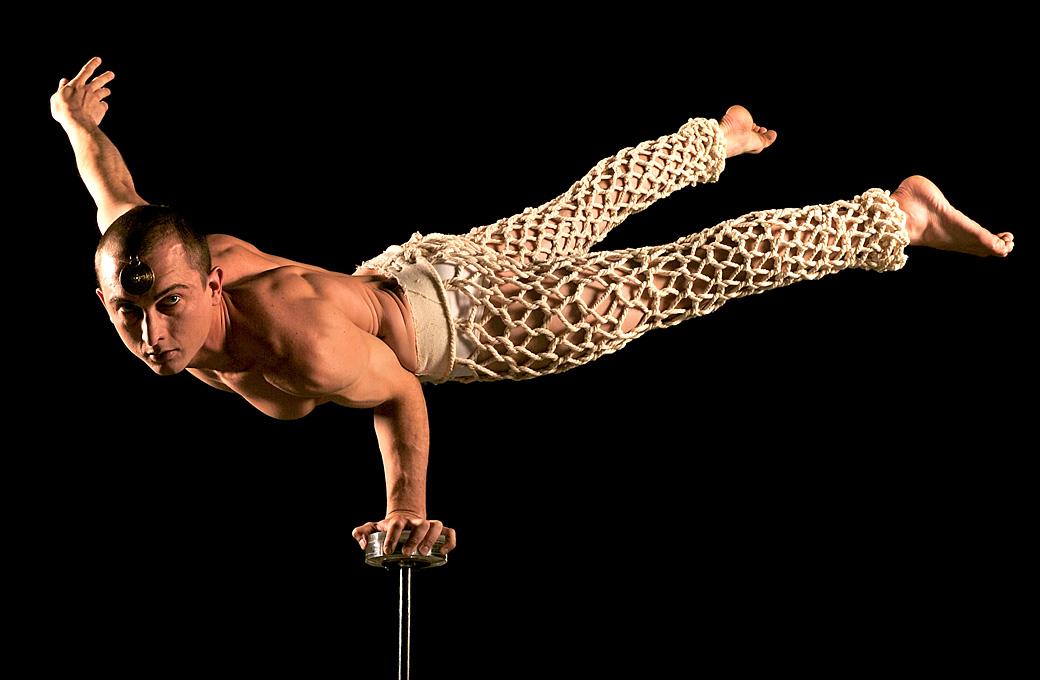 7) Эйдин Хейс балансирует на руках. (Quinn Rooney/Getty Images)