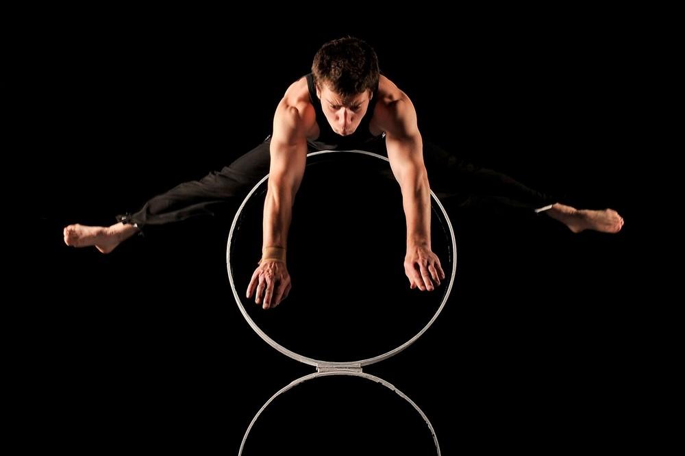 1) Брентон Дуршер выполняет трюк на обруче. (Quinn Rooney/Getty Images)
