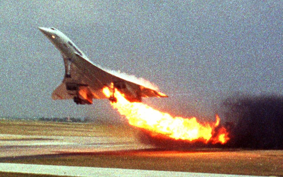 3. Самолет Air France Concorde 4590 взлетает, оставляя за собой огненный шлейф из двигателя в левом крыле в аэропорту Шарля-де-Голля в Париже 25 июля 2000 года. Самолет разбился вскоре после взлета, в результате погибли все 109 человек, находившиеся на борту, и еще четверо на земле. (AP Photo/Toshihiko Sato, File)