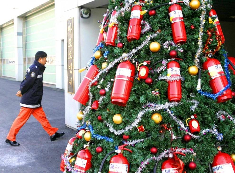 20) Елка на одной из пожарных станций Сеула, Южная Корея. (Reuters)