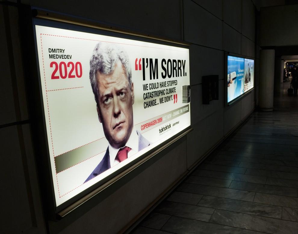 """1) Плакаты с портретами постаревших мировых лидеров появились в преддверии экологического саммита в Копенгагене. Президент России Дмитрий Медведев. Надпись на плакате: """"Простите меня. Мы могли остановить катастрофические изменения климата... Но мы не сделали этого"""""""