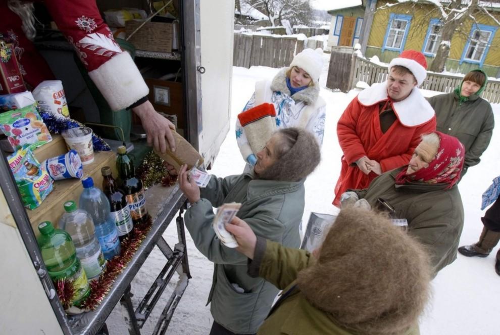15) Торговля с автолавки в белорусской деревне Новоселки Хойницкого района. (REUTERS/Vasily Fedosenko)