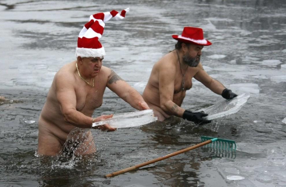 """18) Пловцы из сообщества """"Berliner Seehunde"""" (Берлинские моржи) в ледяной воде озера Orankesee, 25 декабря 2009 года. (REUTERS/Fabrizio Bensch)"""