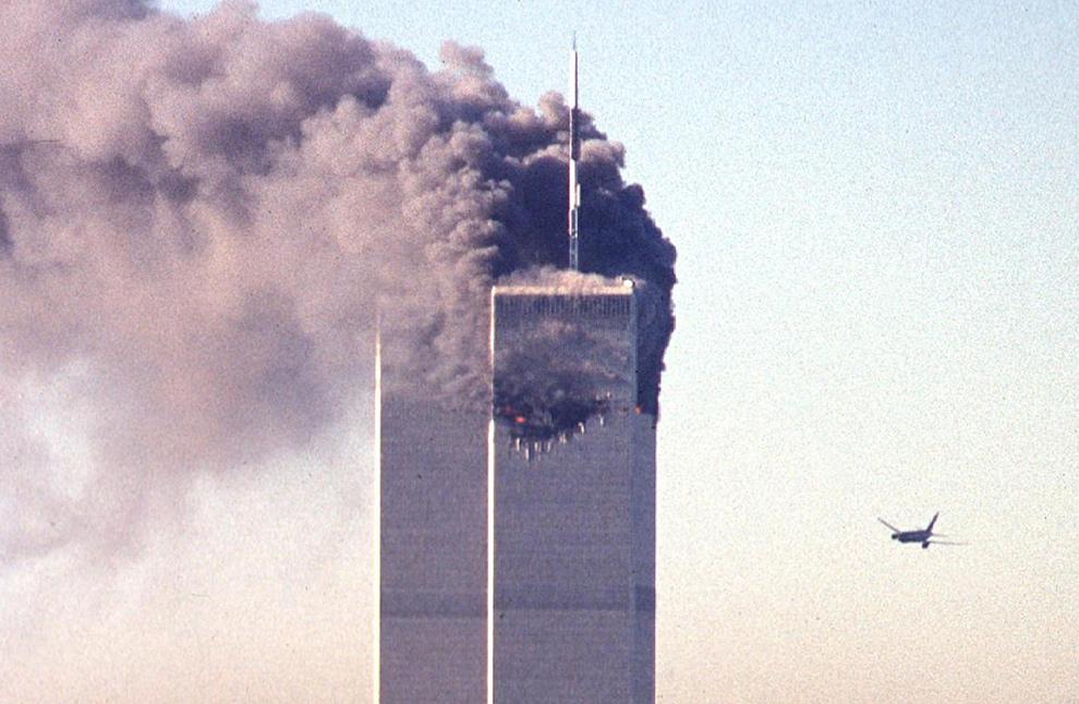 5. Угнанный самолет приближается к Всемирному торговому центру перед тем, как врезаться в знаменитый небоскреб 11 сентября 2001 года в Нью-Йорке. (SETH MCALLISTER/AFP/Getty Images)