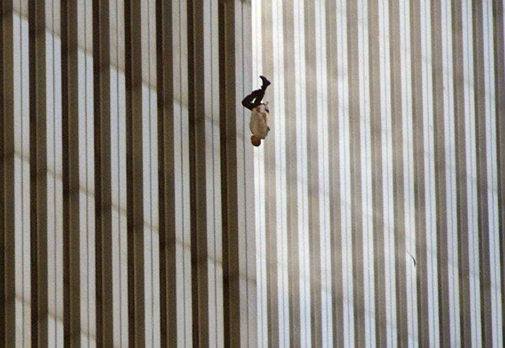 6. Человек падает с северной башни Всемирного торгового центра Нью-Йорка 11 сентября 2001 года, после того как террористы направили угнанные самолеты на знаменитые 110-этажные здания и полностью уничтожили их. (AP Photo/Richard Drew)