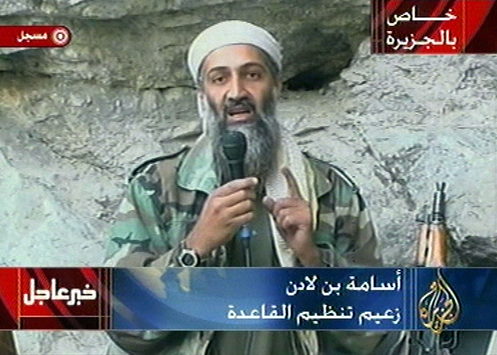 7. Осама бэн Ладен в неизвестном месте на фотографии, вырезанной из передачи на канале «Al-Jazeera» 7 октября 2001 года. Бэн Ладен восхвалял Господа за теракт 11 сентября и поклялся, что Америка «не будет в безопасности до тех пор, пока «языческие армии не покинут землю Мухаммеда». Эта запись была показана вскоре после того, как США и Великобритания обстреляли Афганистан. (AP Photo/Al Jazeera, File)