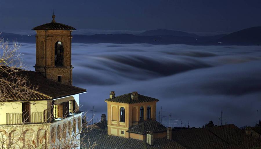 11) Туман покрыл холмы в исторической части итальянского города Перуджа. (Alessandro Bianchi / Reuters)