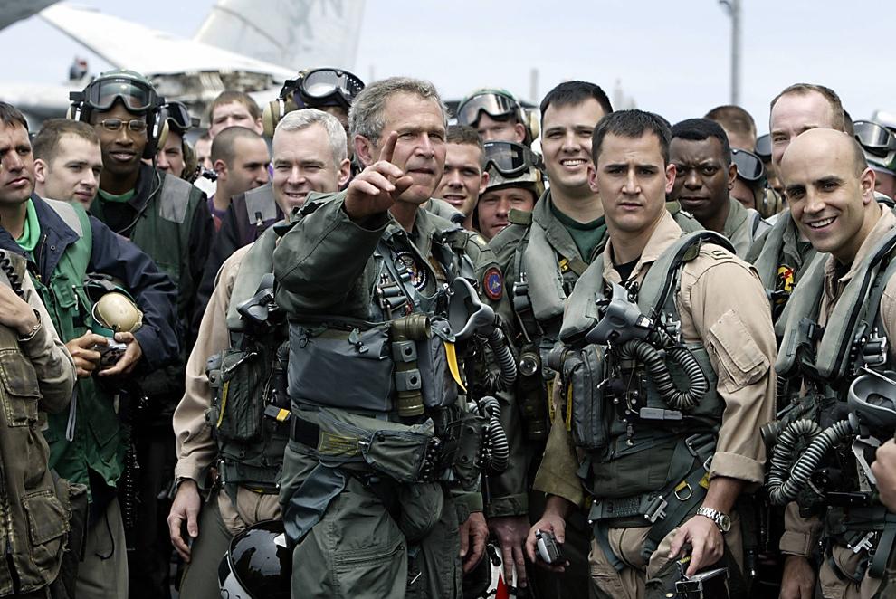 10. Президент США Джордж Буш встретился с пилотами и членами экипажа авианосца «Авраам Линкольн» по их возвращении в регион Мексиканского залива 1 мая 2003 года. Президент Буш приземлился на авианосец, который вошел в гавань Сан-Диего 2 мая. В речи, произнесенной с авианосца, Буш говорил о свержении Саддама Хусейна, как о «главном продвижении» в войне с терроризмом, но предупредил, что им предстоит «тяжелая работа» в реализации этой кампании в Ираке. (HECTOR MATA/AFP/Getty Images)