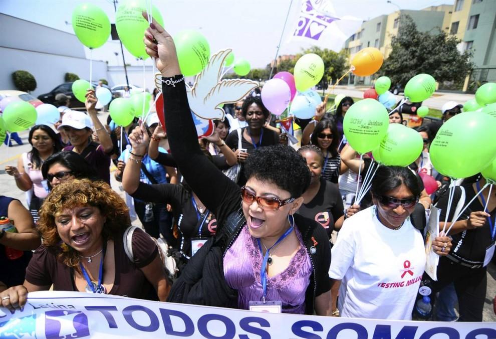 1. Сотни работников секс-индустрии, лесбиянок, гомосексуалистов, трансвиститов и больных СПИДом прошли по улицам Лимы, Перу, чтобы выразить беспокойство и выступить за свои права вслед за прошедшим пятым форумом Латинской Америки и Карибского бассейна по вопросам ВИЧ и СПИДа, который прошел в городе с 21 по 23 ноября. (Janine Costa / Reuters)