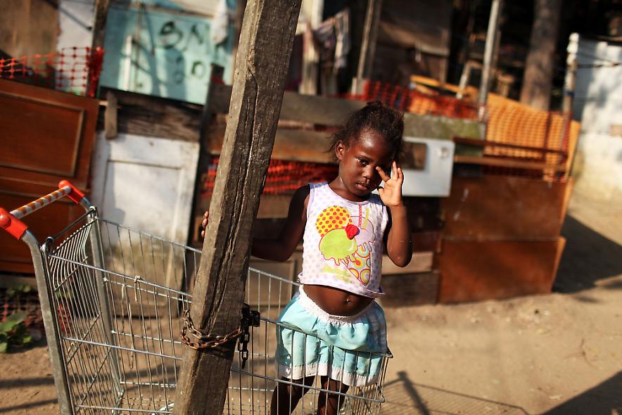 1. Девочка стоит в торговой тележке в бедном районе Рио-де-Жанейро 2 декабря 2009 года. (Photo by Spencer Platt/Getty Images)