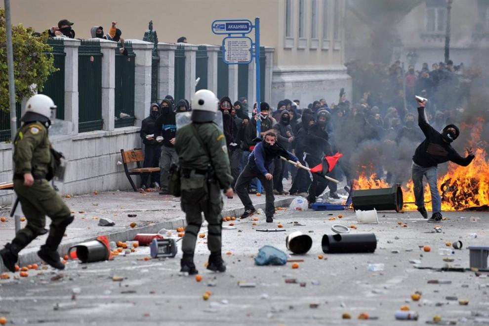 1) Столкновения демонстрантов с ОМОНом во время беспорядков в Афинах, Греция, в воскресенье, 6 декабря. (Aris Messinis/AFP - Getty Images)