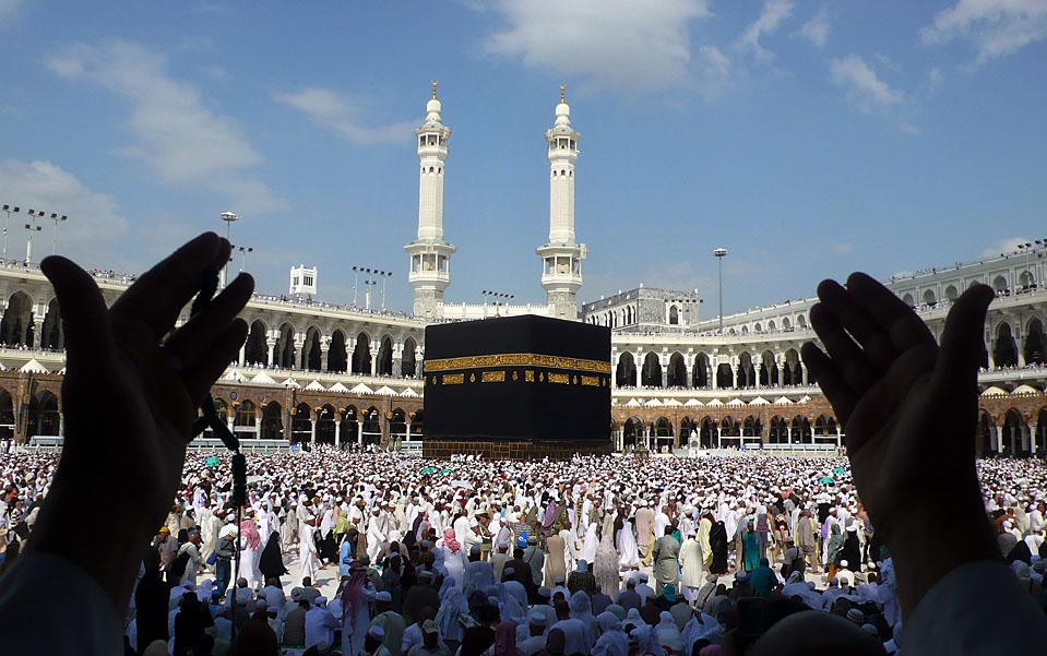 1) Мусульманские паломники  совершают окончательный обход (таваф) вокруг Каабы в Великой мечети, которая расположена в священном городе Мекке. (Mahmud Hams/AFP/Getty Images)