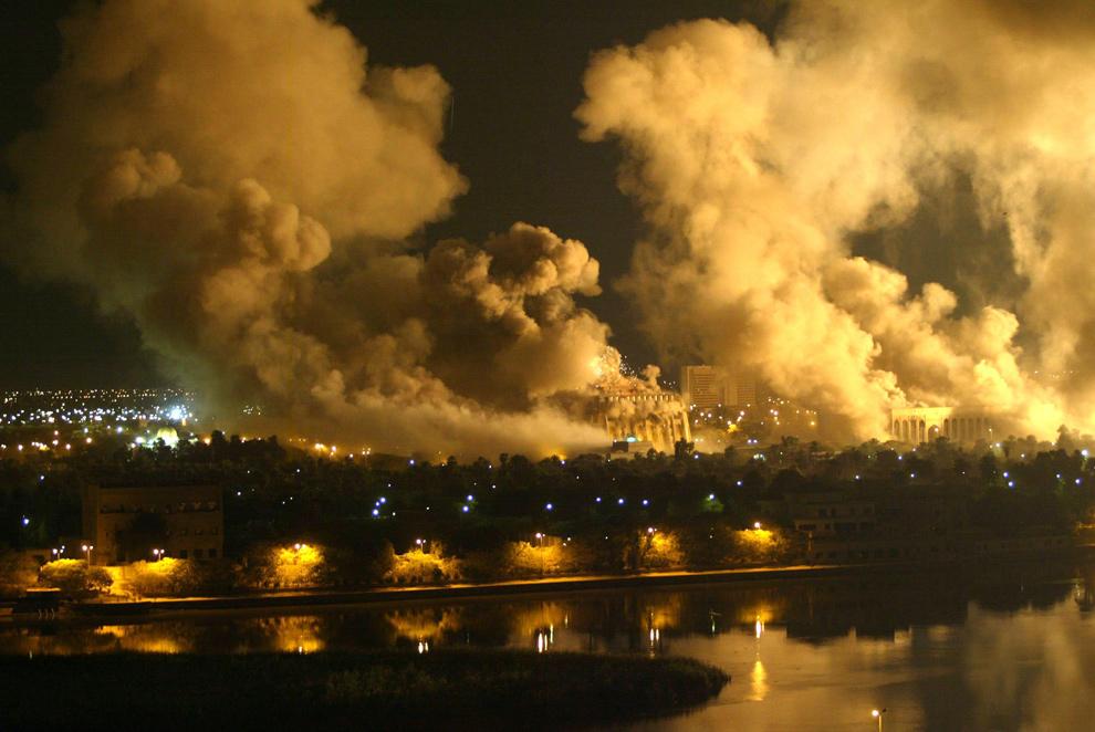 11. Дым обволакивает президентский комплекс в Багдаде 21 марта 2003 года во время массового обстрела Ирака Соединенными Штатами. Дым поднимается из нескольких пораженных мест, включая дворцы президента Саддама Хусейна. (RAMZI HAIDAR/AFP/Getty Images)