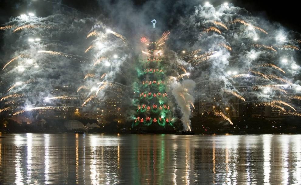 1. Салют увенчивает самую большую в мире рождественскую елку на воде 5 декабря на церемонии ее открытия в Родриго де Фрейтас Лагун в Рио-де-Жанейро. (Antonio Scorza / AFP - Getty Images)