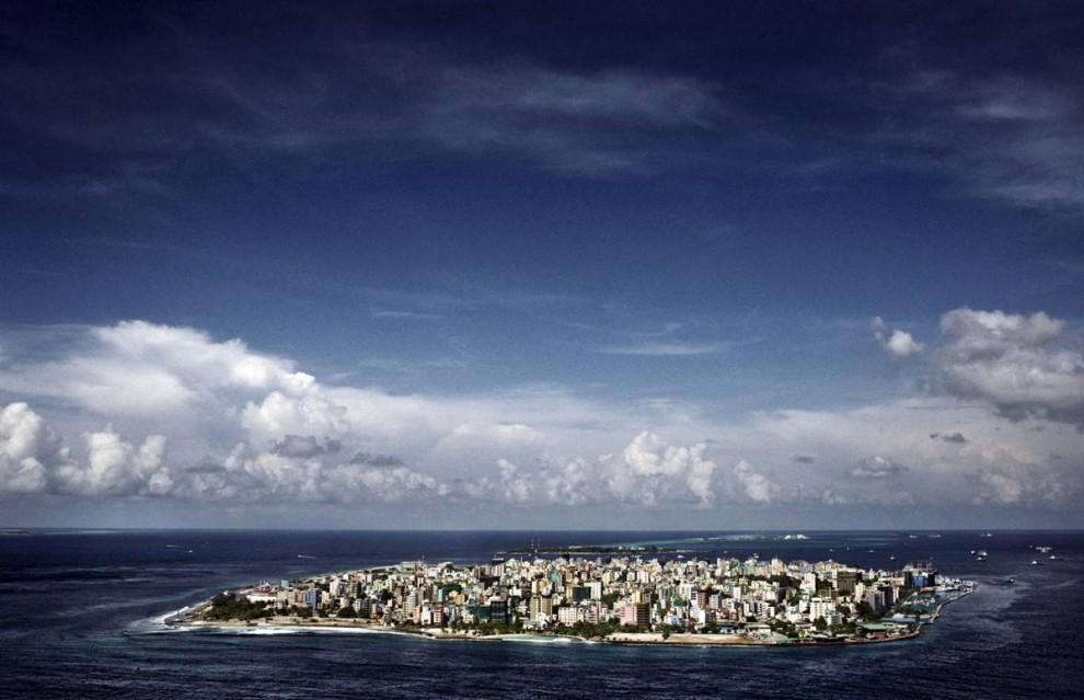 1. Столица Мале (на фото) – один из самых густонаселенных городов в мире. Почти 104 000 человек ютятся на острове площадью 1 кв. миля.  (Francesco Zizola/Consequences by NOOR)