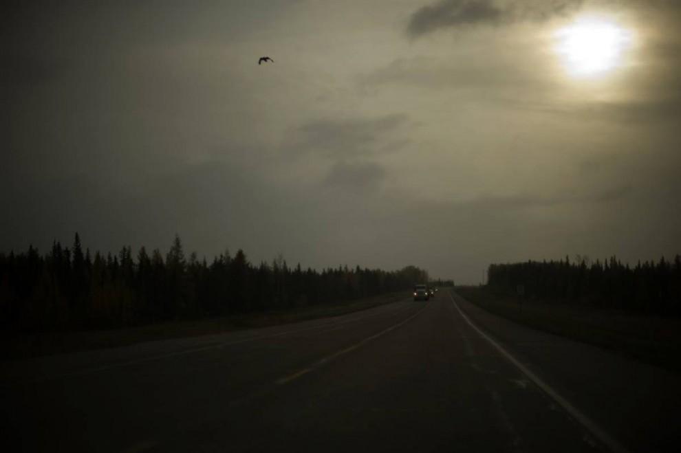 1. Дорогу в аэропорт в Форт МакМюррей в Альберте, Канада, вряд ли назовешь самой пустынной. Тысячи рабочих едут по ней каждый день на промышленные заводы, вырабатывающие здесь так называемые нефтеносные пески. Кажется, регион обеспечен работой, прибылью для компаний и правительственными привилегиями на десятилетия вперед. Плата за это – отравленные водоемы и выпускаемые в атмосферу парниковые газы. (Jon Lowenstein/Consequences by NOOR)
