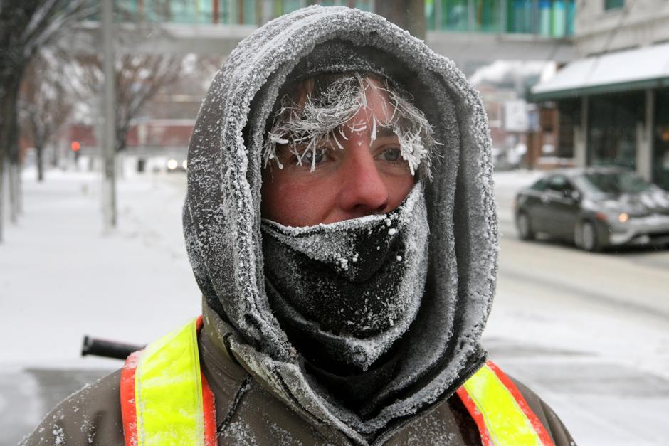 1. Стив Бенедикт расчищал снег перед мэрией Калгари и заработал морозное «украшение» для лица за свои усилия 13 декабря 2009 года.