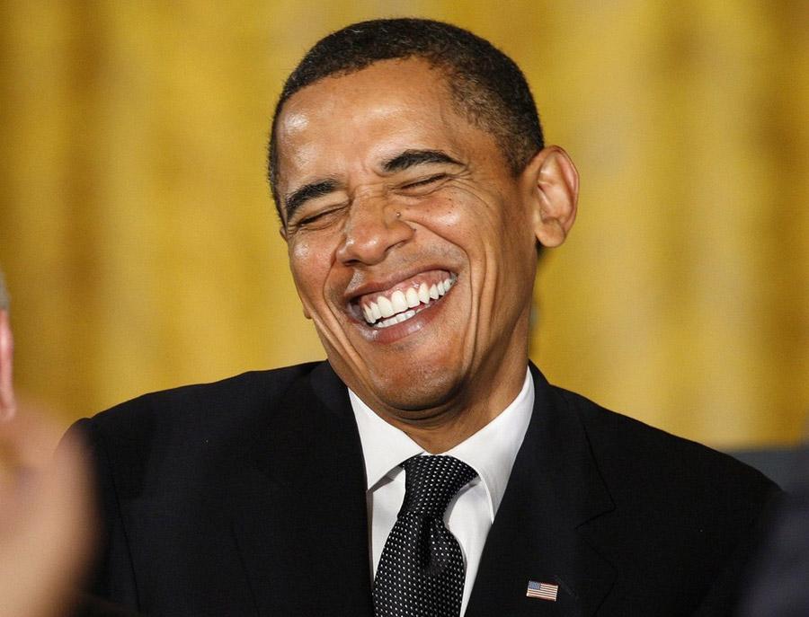 1. Президент США Барак Обама улыбается, сделав замечание по регуляторной реформе в Восточной комнате Белого дома в Вашингтоне 9 октября 2009 года. Ранее в тот же день Обаму наградили Нобелевской премией 2009. (REUTERS/Jim Young)