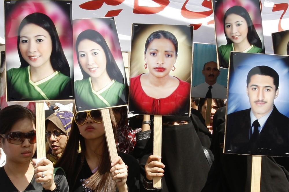 1) Родственники жертв крушения самолета «Yemenia Airways» держат плакаты погибших во время протеста у здания правительства в Сане 14 июля 2009 года. Они требовали международного расследования крушения. Самолет «Airbus 310-300» упал в океан в плохих погодных условиях у берегов архипелага Комором, где из 153 пассажиров, летевших на борту, была найдена лишь 14-летняя девочка. Поиски остальных погибших были остановлены на этой неделе. (REUTERS/Khaled Abdullah)