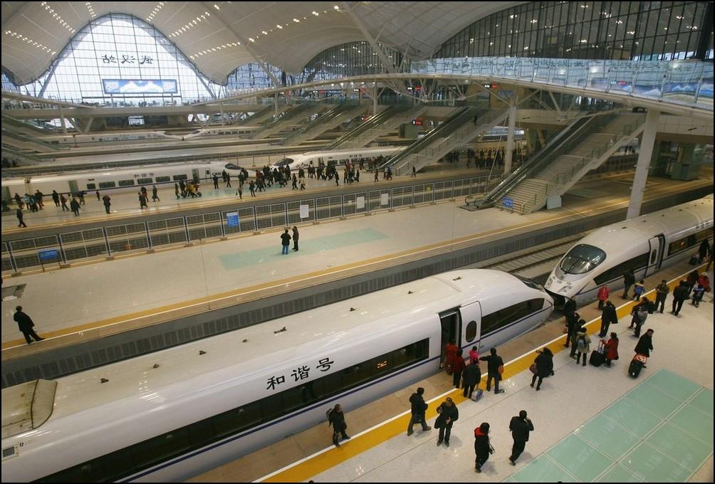 1) © REUTERS/Stringer // Пассажиры садятся в один из самых скоростных поездов в мире.