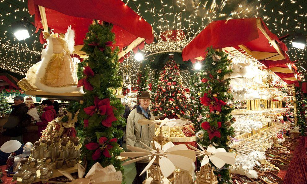 1) В конце ноября во многих странах открылись рождественские ярмарки и начались праздничные распродажи. (EPA / 23 ноября 2009/ Германия, Берлин)