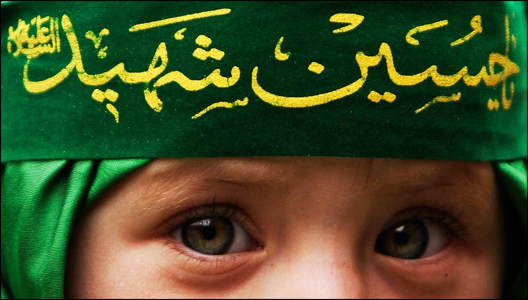 1) © Farzana Wahidy, AP / / gadis Afghan dengan perban di mana prasasti `` `` O martir Hussein.