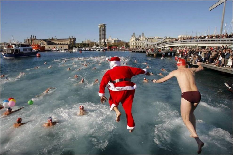 19) Традиционный кубок по плаванию испанского Деда Мороза - Надаля в Барселоне. (Toni Albir/EPA)