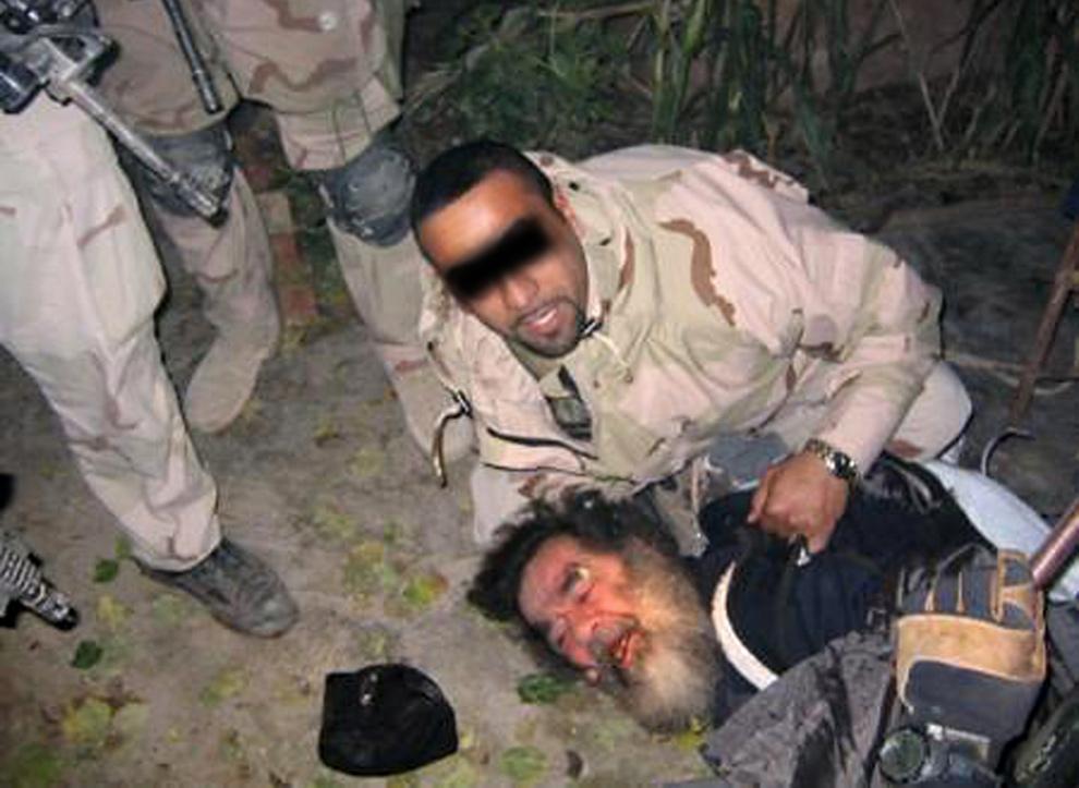 14. На этом фото показан предполагаемый арест сверженного иракского лидера Саддама Хусейна американскими солдатами 13 декабря 2003 года в подземном убежище на ферме в деревне ад-Давр, недалеко от Тикрита в северном Ираке. (AFP/Getty Images)