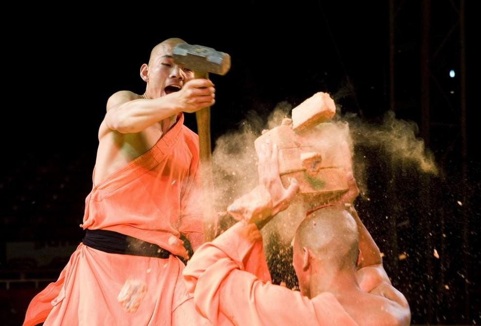 15) Воины Шаолинь из Китайского государственного цирка во время фотосессии в Театре Биг Топ в Вотфорде, на севере Лондона. (CHRIS RATCLIFFE/AFP/Getty Images)