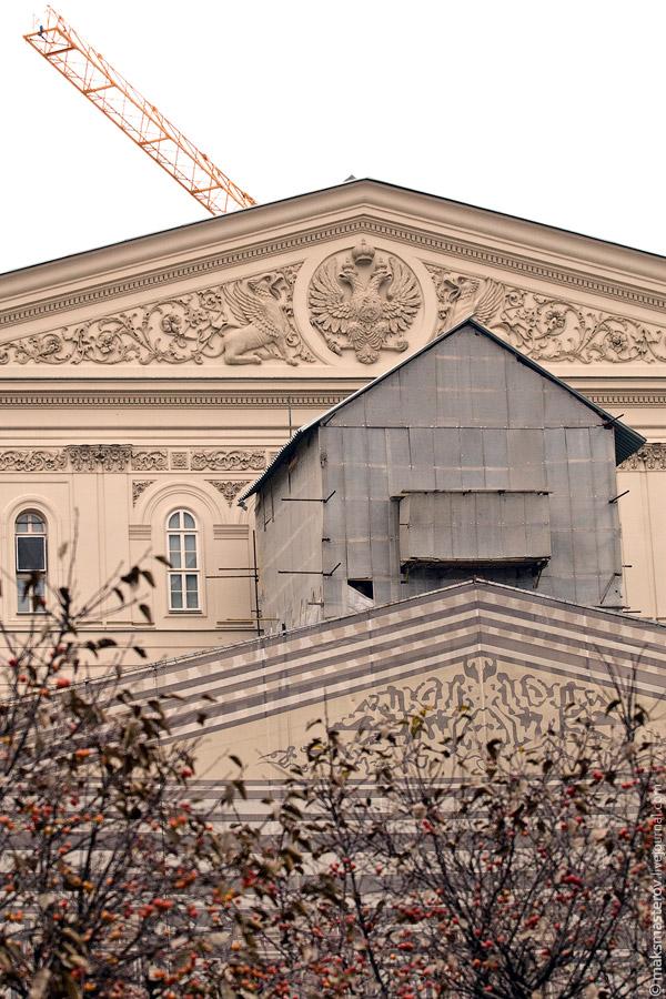 1) Так сейчас выглядит фронтон главного театра страны. Советский герб под сводом крыши уже поменяли на двухглавого орла, а под специальной накидкой мирно стоят знаменитые лошади в упряжке. Так же их можно увидеть на сторублёвой купюре :)