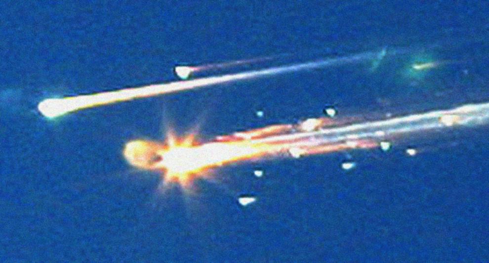 15. Обломки от космического шаттла «Колумбия» летят по небу над Тайлером, штат Техас, перед тем, как развалиться на куски при входе в плотные слои атмосферы вместе с семью членами экипажа на борту. (AP Photo/Dr. Scott Lieberman)
