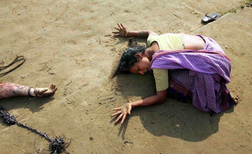 17. Индийская женщина скорбит о родственнике, погибшем в результате цунами в Кудалуре в 180 км у югу от города Мадрас, Индия, 28 декабря 2004 года. (REUTERS/Arko Datta)