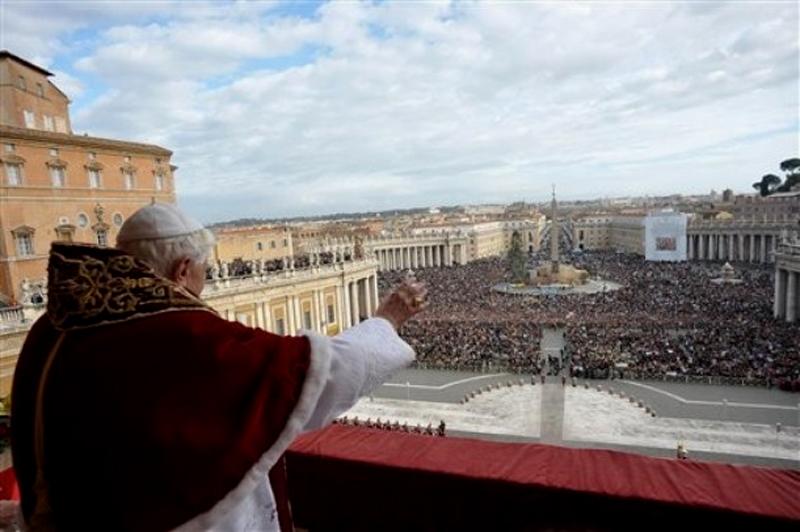 """1) Папа Римский обратился к """"Городу и миру"""" на площади Святого Петра. (AP Photo/L'Osservatore Romano, HO)"""