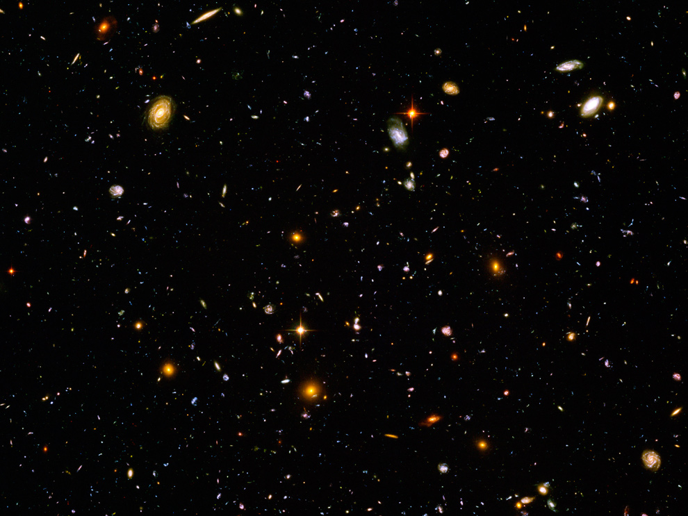 20. Этот снимок называется «Hubble Ultra Deep Field» («ультра-глубокий обзор Хаббла»). Начиная с конца 2003 года, астрономы направили телескоп «Хаббл» на крошечную, относительно пустую часть нашего неба (видно всего несколько звезд Млечного Пути) и фотографировали почти 12 дней за 4 месяца. В результате получился этот удивительный снимок, оглядывающийся во времени на тысячи галактик, находящихся на расстоянии от 1 до 13 миллиардов световых лет от Земли. В этом крошечном кусочке неба (десятая доля полной Луны) было обнаружено 10 000 галактик, и в каждой из них находятся миллиарды звезд. (NASA/ESA/S. Beckwith - STScI, and The HUDF Team)