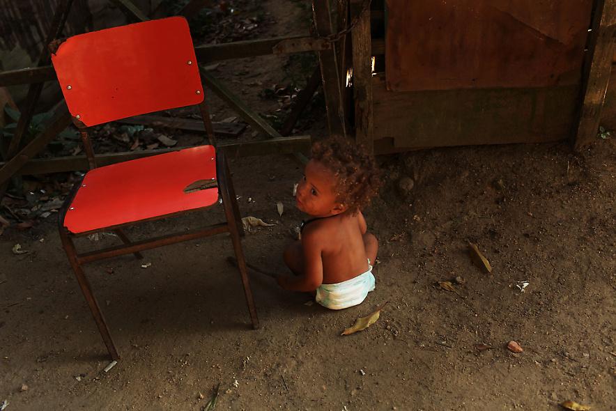 2. Ребенок в бедном районе «Города Бога» в Рио-де-Жанейро 2 декабря 2009 года. (Photo by Spencer Platt/Getty Images)