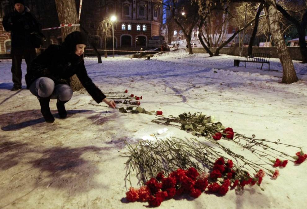 2. Люди кладут цветы в память о погибших у ночного клуба «Хромая лошадь» в Перми. (Misha Japaridze / AP)