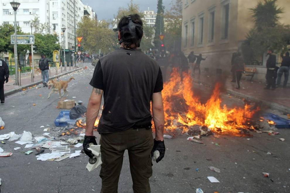 2) Греческая молодежь била стекла, переворачивала мусорные баки и поджигала мусор.Для разгона многотысячной демонстрации полиция применила слезоточивый газ. (Milos Bicanski/Getty Images)