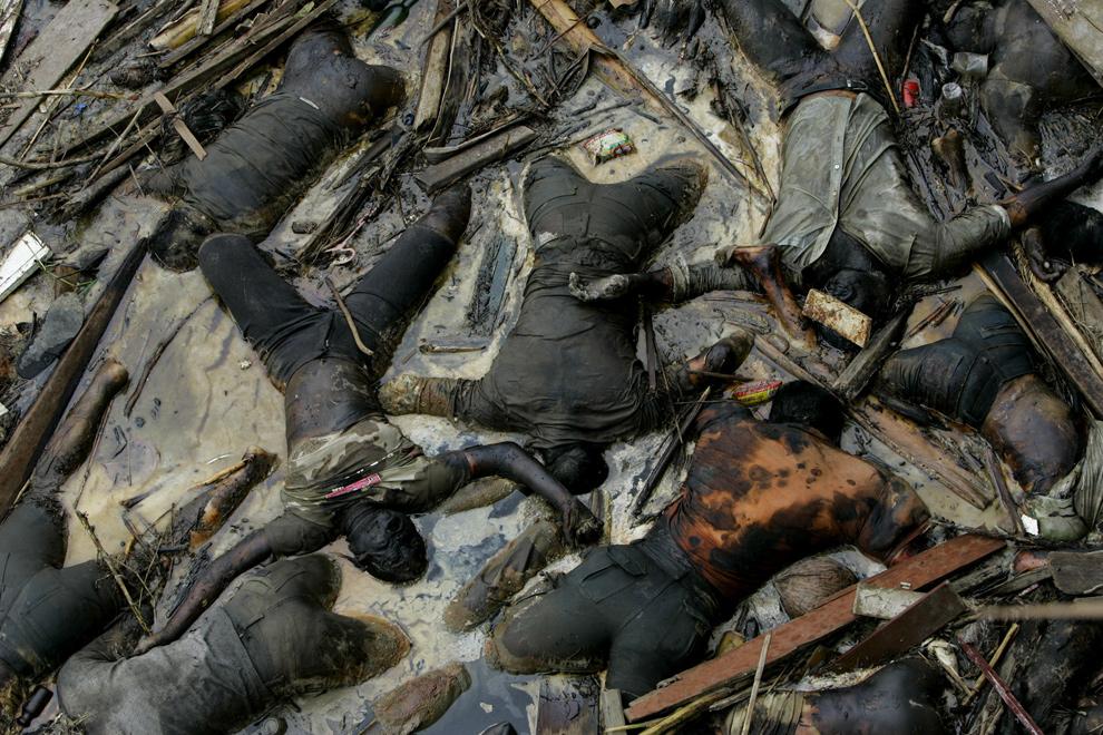21. Тела жертв цунами в центре Банда Акех, Индонезия, 2 января 2005 года. Общее количество погибших и пропавших в результате цунами в Индийском Океане в 2004 году составило 230 000 человек. (AP Photo/Peter Dejong)