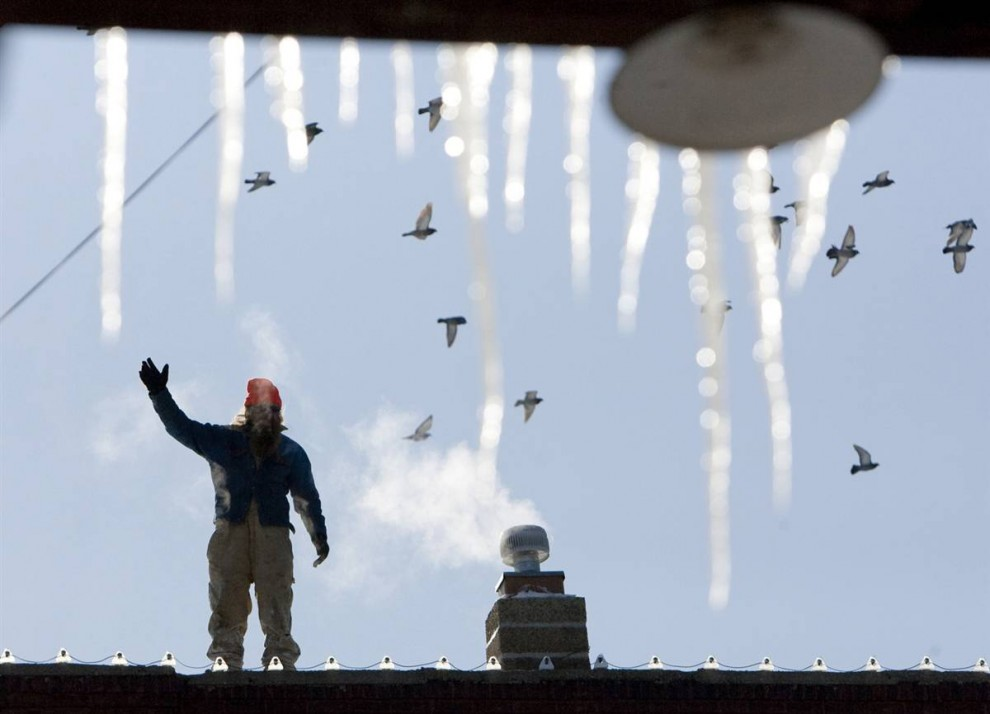 Пол Дрехер, работник по эксплуатационному содержанию зданий, проверяет крышу на наличие повреждений в пригороде Омахи, штат Небраска. (Nati Harnik / AP)