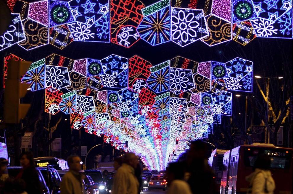 2. Рождественские огни украшают Диагональ Авеню в Барселоне. (Julian Martin / EPA)