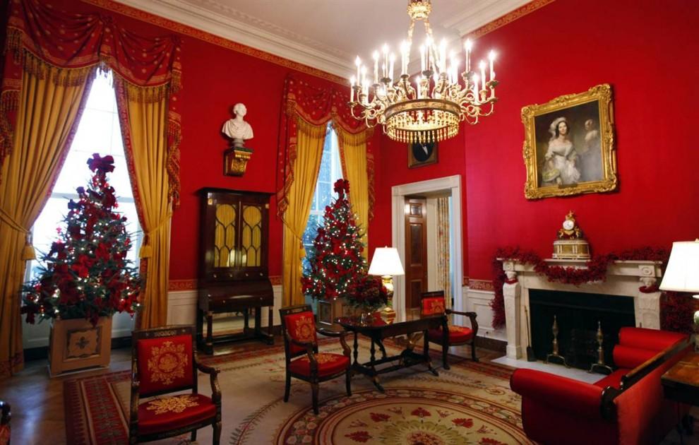 2. Красная комната Белого дома в рождественских украшениях. В целом, в этом году в доме будет меньше украшений, чем на предыдущие праздники, впрочем, как и рождественских открыток. Было отправлено несколько сотен тысяч праздничных открыток, и заплатил за них Демократический национальный комитет. (J. Scott Applewhite / AP)