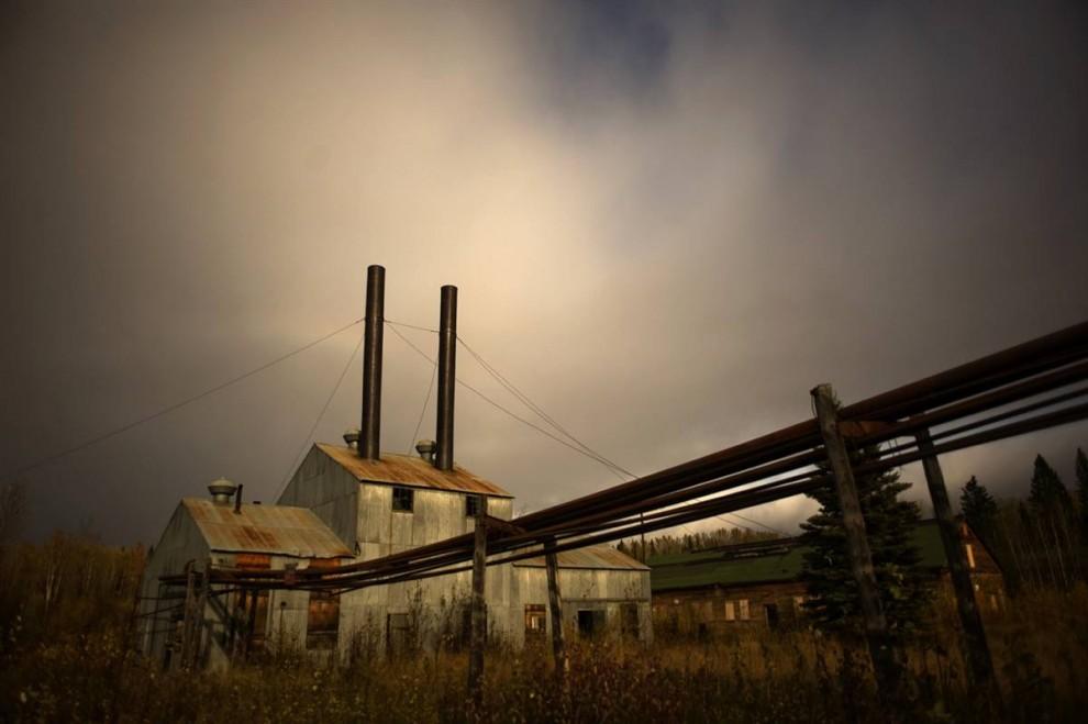 2. Один из первых заводов по переработке нефтеносного песка в Альберте уже пять лет стоит заброшенным. Три основных месторождения Альберты находятся на территории в 54 000 кв. миль, практически незаселенной, но поросшей лесом землей и торфяными болотами. Здесь может быть около 1,7 триллиона баррелей битума. Однако производство нефти из песка куда более дорогостоящее. Разработка около 10% местных месторождений помогла восстановить экономику в 2006 году, сделав Канаду вторым крупнейшим хранителем нефтяных запасов в мире после Саудовской Аравии. Эти отложения делают Канаду одним из самых крупных производителей бензина в мире. Эти нефтеносные пески состоят из природного битума (полутвердой формы природной нефти), песка, глины и воды. (Jon Lowenstein/Consequences by NOOR)