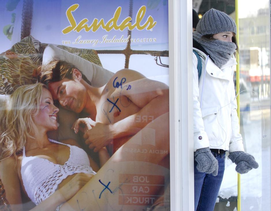 2. Кристин Эмберли стоит на автобусной остановке в центре Эдмонтона 12 декабря 2009 года.