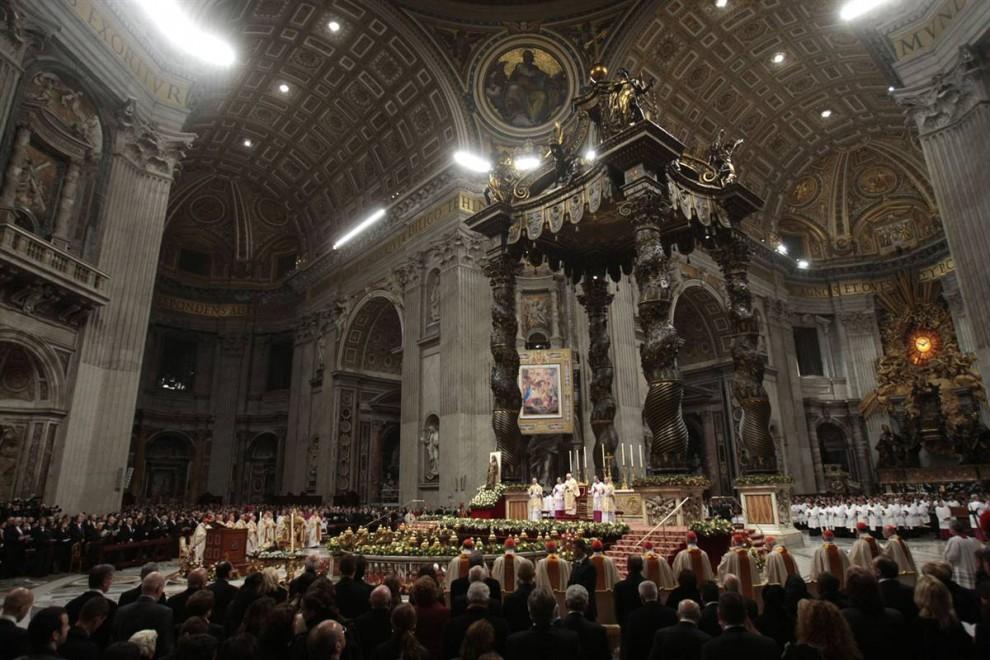 2. Папа Бенедикт XVI проводил рождественскую службу в Базилике Святого Петра. Когда римский папа проходил по главному ряду, из первого ряда на него выпрыгнула женщина. 82-летний Папа быстро поднялся без повреждений. (Gregorio Borgia/AP)